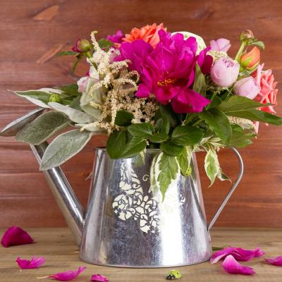 Флористическая композиция Лейка с цветами